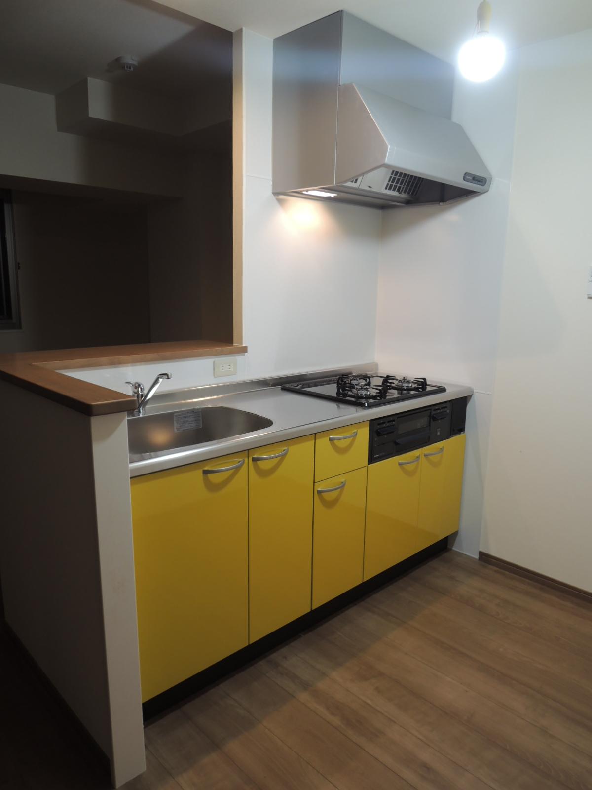 社宅の中、その① カラフルなキッチン